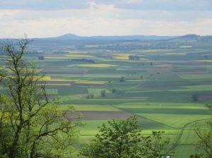 2016_05_19 Landkreis Marburg-Biedenkopf: Blick von Amöneburg zum Frauenberg (rechts)