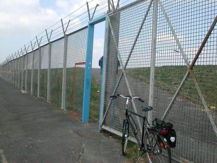 2012_04_06 dscn0370 Hamburg-Wilhelmsburg, Zollzaun am Spreehafen