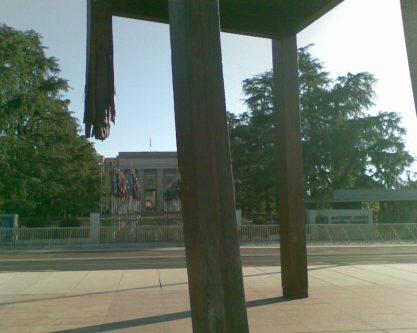 2012_05_17 Genf (CH), Broken Chair-Skulptur, für Landminen-Verbot