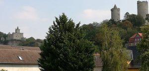 Rudelsburg (li) und Burg Saaleck