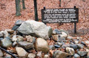1988_11_17 AK 08 Thoreau's cairn, Walden Pond, bei Concord (MA)
