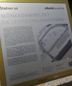 2019_07_20 HH Nikolai-Quartier: BID-Station 11 Adolphsplatz mit Handelskammer 10 Mönkedammfleet / Die letzte Cholera-Epidemie