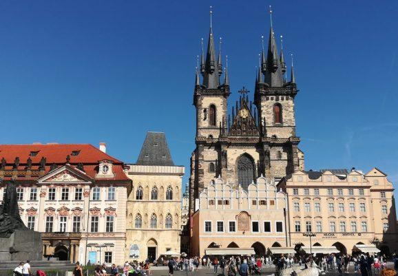 2019_09_04 Prag, Altstädter Ring mit Palais Goltz-Kinsky (li) & Teynkirche